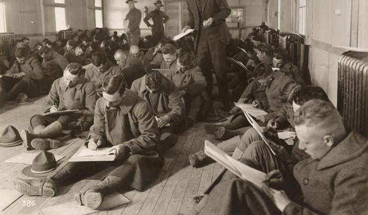 Aplicação de um teste psicológico (não fica claro qual seria) em soldados de Camp Lee, na Virgínia, em novembro de 1917, ano em que os Estados Unidos entraram na Primeira Guerra Mundial.